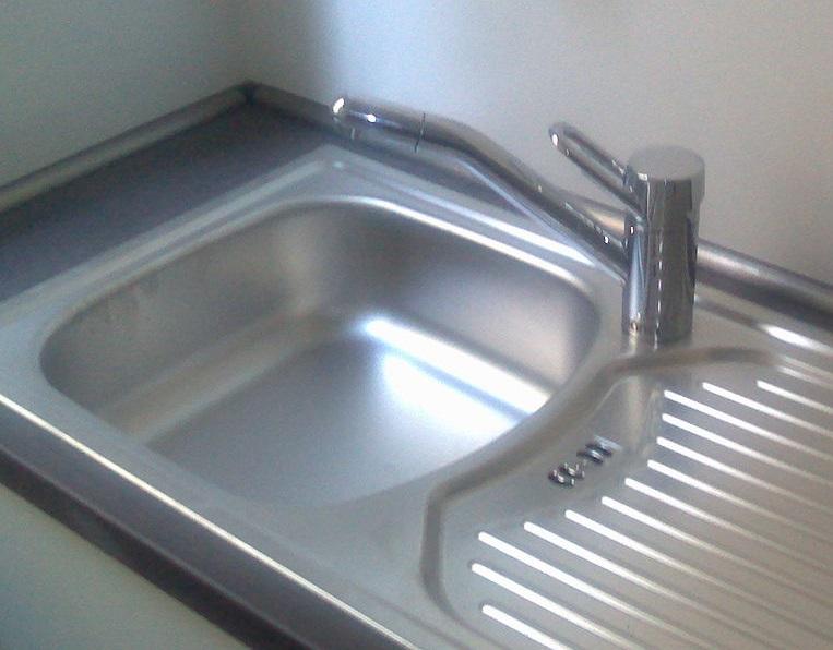 Wasserhahn in Spüle installieren - BlechlocherSaegeblatt ...